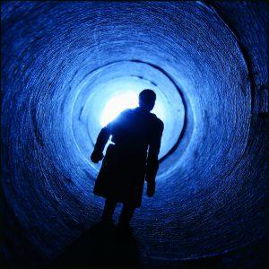Mann in blauer Röhre_